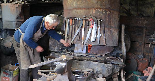 Sarıveliler'in demir ustası Aşık Mehmet yıllardır hem dövüyor, hem yazıyor