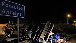 Nar yüklü kamyon devrildi, 3 kişi hayatını kaybetti