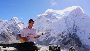Ermenek'li genç Everest'in tepesinde saz çaldı, rekor için başvurdu