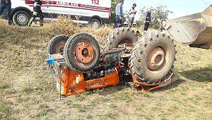 Pınarbaşı köyünde traktör devrildi: 2 yaralı