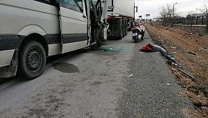 Ereğlide minibüs tıra arkadan çarptı: 1 ölü, 3 yaralı
