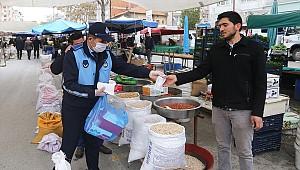 Karaman Belediyesi pazarcı esnafına maske dağıttı