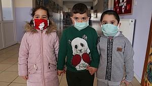 Karaman'da atık kumaştan dikip, içine sevgisini katıp öğrencilere dağıttılar