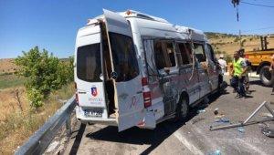 Kayseri'de servis minibüsü elektrik direğine çarptı: 10 yaralı