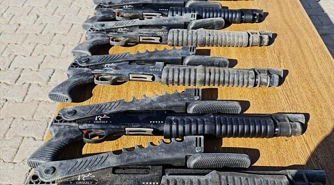 Hakkari, Van ve Hatay sınırında kaçak sigara ve av tüfeği ele geçirildi