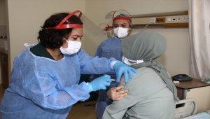 Çubuk'ta sağlık çalışanlarına CoronaVac aşısının ilk dozu yapılıyor