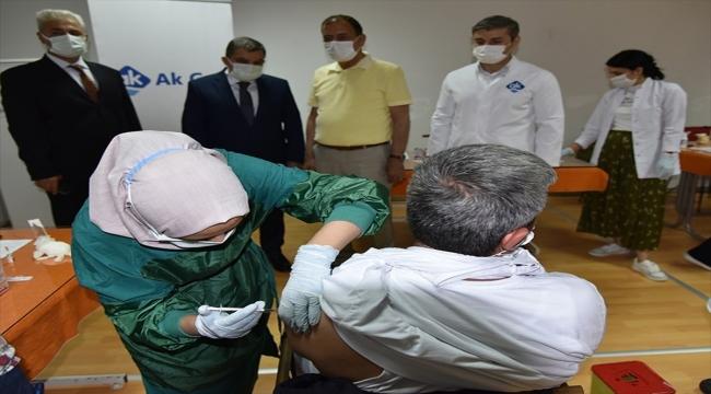Karaman'da mobil ekipler, fabrika çalışanlarını Kovid-19'a karşı aşılıyor