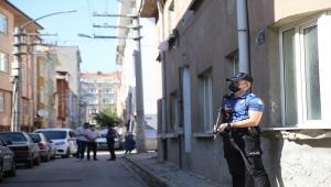 Eskişehir'de kaldırımdan aracını çekmesini isteyen polisleri tüfekle tehdit ettiği iddia edilen şüpheliye gözaltı