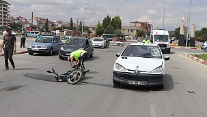 Mumlu kavşakta otomobille çarpışan motosikletin sürücüsü ağır yaralandı