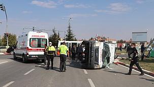 Adliye kavşağında minibüs ambulansa, ambulans seyyar satıcıya çarptı.10 yaralı
