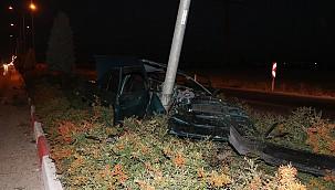 Ereğli yolunda otomobil elektrik direğine çarptı: Baba ve oğlu yaralandı