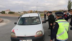 Kayseri'de jandarma trafik kontrolünde baklava ve çikolata ikram etti